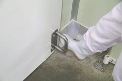 足で開けるドア